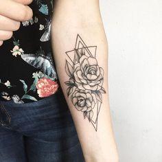 8570984f0595e93a12d63ece1b12e9a4--forearm-tattoos-women-flower-forearm-tattoo.jpg (736×736)