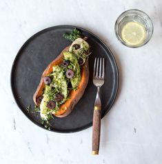 Gebackene Süßkartoffel mit Oliven-Joghurt-Hummus {flowers on my plate}
