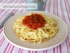 Domates Soslu Spagetti Tarifi Nasıl Yapılır? Kevserin Mutfağından Resimli Domates Soslu Spagetti tarifinin püf noktaları, ayrıntılı anlatımı, en kolay ve pratik yapılışı.
