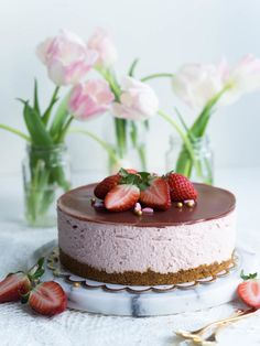 Silkinpehmeä Mansikkajuustokakku (vegaaninen - liivatteeton) | Annin Uunissa Most Delicious Recipe, Delicious Desserts, Yummy Food, Tasty, Vegan Cheesecake, Vegan Cake, Naked Cakes, Let Them Eat Cake, Cake Cookies