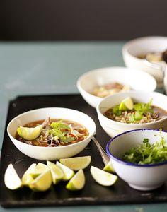 Pho-keitto on Vietnamin kansallisruoka, jossa keitetty mausteinen liemi kaadetaan kulhoon nuudelien, lihan ja korianterin päälle. Kurkkaa ohje!