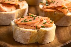 Hot smoked salmon shavings on chunky baguetts slices, topped with chopped scallions. Serve with chilled white wine. Simple. Quick. Elegant. Smoked Salmon Recipes, Sockeye Salmon, Fatty Fish, Recipe Using, Gourmet Recipes, Feta, Fish Fish, Health, White Wine