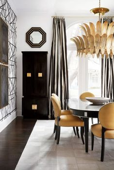 Houston's Own Hollywood House: This Design Star Keeps Things Dramatic in Her Personal Black-and-White Retreat Estilo Hollywood Regency, Hollywood Regency Decor, Hollywood Style, Living Room Decor, Living Spaces, Home Modern, Interior Decorating, Interior Design, Design Interiors