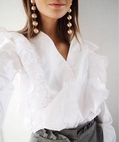 Fall style: Statement gold ball drop earrings and ruffle white shirt. Outfits Casual, Fashion Outfits, Looks Style, Style Me, Spring Summer Fashion, Autumn Fashion, Look 2018, Gina Tricot, Love Fashion