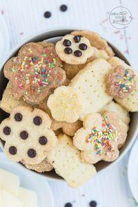 Leckere Kekse zum Ausstechen, für die man nur 3 Zutaten braucht. Dieses Plätzchen-Rezept ohne Ei passt nicht nur zu Weihnachten!  | http://www.backenmachtgluecklich.de