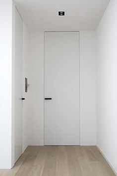 40 Awesome Minimalist Home Door Design Ideas That Look Beautiful - Binnendeuren Natural Modern Interior, Contemporary Interior Doors, White Interior Doors, White Doors, Home Door Design, Home Interior Design, Porte Design, Flush Doors, Interior Minimalista