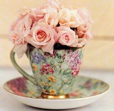 Mooi die roosjes in een brocante of vintage kopje. / lovely - tea roses in a tea set...
