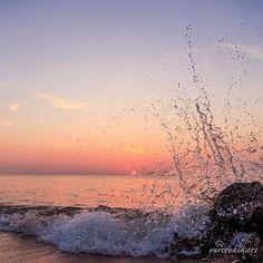 【yureruhikari】さんのInstagramをピンしています。 《Splash . フォロワーさんの波打ち際picに触発されて 気合いの水飛沫pic💦 . パンツ濡らして出社しました😅 . . ---------▷◁.。 今月多忙につきレスポンス遅れがちになります ごめんなさい m(_ _)m . . Location : Mie, Japan #三重県 #津市 #三重フォト #頑張るポン‼ . #朝日 #朝焼け #朝焼けハンター #sunrise #空 #そら部 #そらふぉと #海 #写真好きな人と繋がりたい #ファインダー越しの私の世界 . #tv_aqua #world_bestsky》