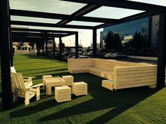 Juego de mesas y sillones para Sunset Padel Madrid by AGNEWUSE