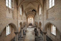 Der Titel zu der Fotografie einer belgischen Kirche ist  blue christ church ....