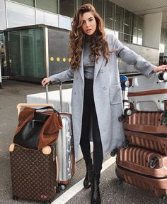 15 Comfy Winter Airport Outfits For Girls Mode Outfits, Stylish Outfits, Girl Outfits, Travel Outfit Spring, Negin Mirsalehi, Grey Outfit, Airport Style, Airport Outfits, Lookbook