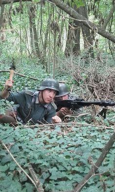 German Soldier Rievocazione WW2  Mitragliere caporale con MG 42 a fianco a soldato semplice intento a lanciare una granata TERNAVASSO 2016 - NORMADIE 44