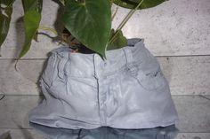 cache-pot en jeans peint à la main gris clair dur et leger à la fois..