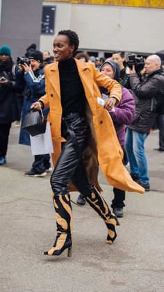 Beyond Instagram and other forms of social media, the city streets are some of our favorite places to score outfit inspiration, especially when it comes from the best-dressed off-duty models. From inspiring new ways to style your favorite chunky turtlenecks to surprsing details and classic leather trouser pairings, these are the model street style looks we plan to copy this fall and winter. Tokyo Street Style, Model Street Style, Street Style Summer, Cool Street Fashion, Street Style Looks, Paris Fashion, Errands Outfit, Copenhagen Fashion Week, Winter Fashion Outfits