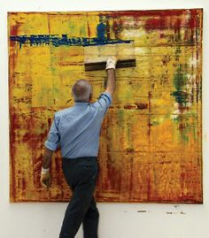 Gerhard Richter (1932) is een Duits kunstschilder Hij was 1 van de grondleggers van het kapitalistisch realisme. Hij volgde een opleiding tot decoratieschilder voor reclame, tekst en theaterdecors . Eind februari 1961 vluchtte Richter met achterlating van zijn schilderijen vanuit de DDR naar West-Duitsland. Het vroege werk ging grotendeels verloren en is daardoor nauwelijks gedocumenteerd.