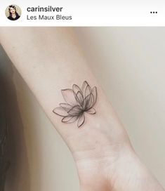 Flower tattoo for your wrist - Tattoo art - Minimalist Tattoo Tattoo Girls, Tiny Tattoos For Girls, Tattoos For Daughters, Small Tattoos, Temporary Tattoos, Lotusblume Tattoo, Unalome Tattoo, Tattoo Fonts, Body Art Tattoos