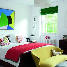 Les stores flashy cassent la monotonie des murs immaculés, chambre, chambre colorée , déco de chambre, décoration chambre, décoration