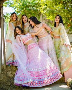 Bookmark this bridesmaid pose for your D day Bridesmaid Poses, Indian Bridesmaid Dresses, Bridesmaid Outfit, Bridesmaid Bouquet, Indian Wedding Photography Poses, Indian Wedding Photos, Bridal Squad, Bridesmaid Inspiration, Best Friend Wedding