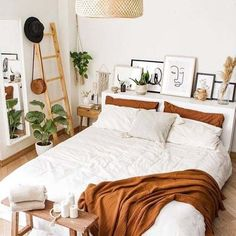 Room Ideas Bedroom, Home Decor Bedroom, Bedroom Inspo, White Bedroom Decor, White Bedroom Walls, Boho Bedroom Diy, Bohemian Bedroom Design, Summer Bedroom, Warm Bedroom