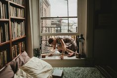 An apartment tour inside Susanna-Cole King's stunningly curated Baltimore rowhouse. Photos by Lindsay Anne of L. Baltimore Apartment, London Apartment, Dream Apartment, Story Inspiration, Writing Inspiration, Vintage Apartment, Lily Evans, Portrait Photography, Conceptual Photography