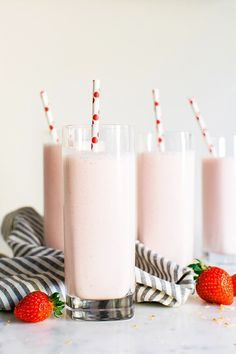 STRAWBERRY & TOASTED COCONUT ALMOND MILK SMOOTHIE [stylemepretty]