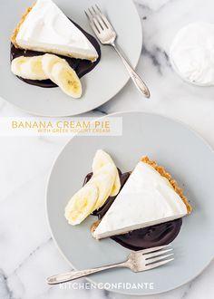 Banana Cream Pie with Greek Yogurt Cream. Maybe substitute banana-flavored Greek yogurt instead of the vanilla? Banana Recipes, Tart Recipes, Sweet Recipes, Dessert Recipes, Sweet Pie, Sweet Tarts, Delicious Desserts, Yummy Food, Greek Yogurt Recipes