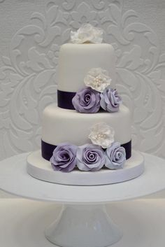 Lilac+roses+and+ivory+pearls+-+Cake+by+Coocakecachoo