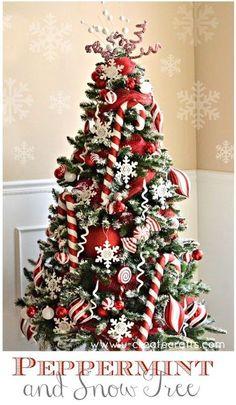 Árboles de navidad de tonos rojo y blanco, con adornos de bastón de dulce de menta. #ArbolesDeNavidadPeppermint