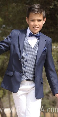 Communion suit with vest 2018 sport navy blue blazer, white pants, white shirt and bow tie made in Spain Baunda Madrid book a date or buy online Boys First Communion Outfit, Communion Suits For Boys, Fashion Trends 2018, Wedding Outfit For Boys, Boys Kurta, Première Communion, Baby Boy Dress, Look Formal, Teen Boy Fashion
