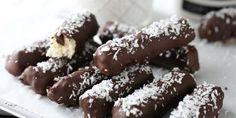 Short christmas serie Try making these Delicious Homemade Bounty bars this holiday These homemade bounty bars, are super easy to make and so delicious to ser. Norwegian Food, Homemade Candies, Shredded Coconut, Chocolate, Christmas Baking, Fudge, Sweets, Snacks, Cooking