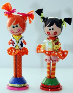 Dressy Bessy and friend clothespin dolls / make ahead for party favors Source by sahrakron dolls Wood Peg Dolls, Clothespin Dolls, Craft Stick Crafts, Diy And Crafts, Crafts For Kids, Tiny Dolls, Fabric Dolls, Wool Dolls, Little Doll