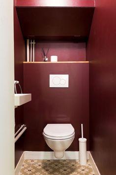 red purple toilet (or marsala) Small Toilet Decor, Small Toilet Room, Small Bathroom, Wc Design, House Design, Toilette Design, House Ideas, Downstairs Toilet, Bathroom Toilets