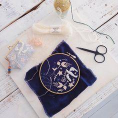 展示会が近いので、小さなポーチを少しづつ作ってます。 プロフィール写真変えました  #embroidery #刺繍 #handmade #needlework #linen #wool #woolstitch