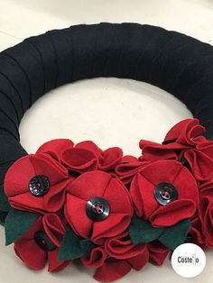 Homemade Felt Poppy Wreath Step-by-step tutorial to make Super Easy Felt Poppies. Can be used for on a wreath or as a Poppy Brooch. Wreath Crafts, Diy Wreath, Felt Crafts, Wreath Ideas, Remembrance Day Activities, Remembrance Day Poppy, Felt Flowers Patterns, Fabric Flowers, Crochet Poppy Pattern