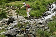 Wandelen met af en toe een 'hindernisje'. #vivakamperen #canon_photos #switzerland #guarda #italy #willemlaros #reizen