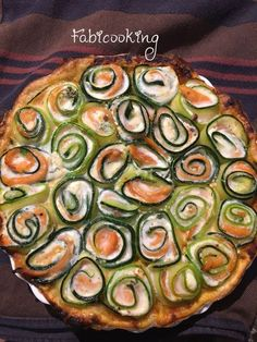 Elegant and absolutely delicious, this zucchini smoked salmon pie will be the recipe of summer. Quiches, Salmon Pie, Zucchini, Food Porn, Cooking Recipes, Healthy Recipes, Diy Food, Love Food, Food And Drink