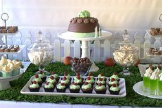 What a great Spring party idea with artificial turf! Table Centerpieces, Table Decorations, 1st Birthday Parties, Birthday Ideas, 7th Birthday, Spring Party, Farm Party, Inspiration For Kids, Childrens Party