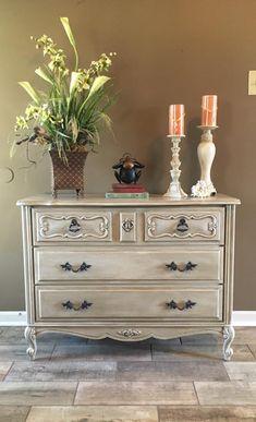 Propuesta de color en tonos grises para una cómoda de color madera y que tenga una impresión moderna, me gusta!!!!