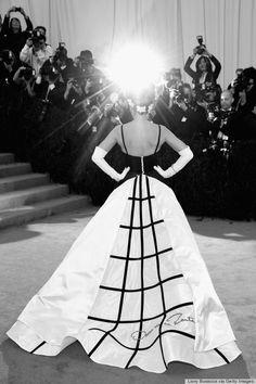 Sarah Jessica Parker in Oscar de la Renta on the red carpet at the 2014 Met Gala