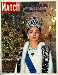 PARIS MATCH n°969 du 04 novembre 1967 - l'impératrice FARAH DIBA, la couronne sur sa tête, des boucles d'oreille et un collier de diamants, portant son manteau de cour, à côté du trône