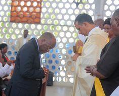 Rais Magufuli Asali Ibada Ya Familia Takatifu Katika Kanisa La Mtakatifu Petro Jijini Dar Es Salaam.