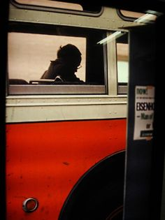 photo de Saul Leiter, bus à New-York, orange, transport urbain Saul Leiter, Diane Arbus, Pittsburgh, Color Photography, Street Photography, 35mm Film Photography, Human Photography, Stunning Photography, Candid Photography