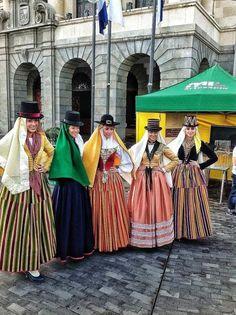 Coro de señoritas vistiendo trajes Tradicionales de Tenerife, por la celebración del Día Insular de la Artesanía.