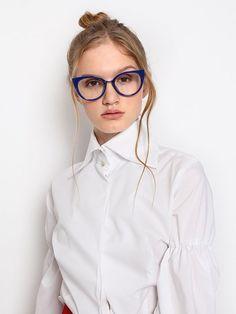 Con la llegada de las lentes de contacto, las gafas para visión han pasado de la categoría de un accesorio necesario a elegante y estiloso. La montura bien elegida puede cambiar radicalmente la imagen y ajustar las proporciones de la cara Fashion Accessories, Glasses, Fashion Eye Glasses, Accessories, Eye Contact Lenses, Elegant, Style, Past Tense, Eyewear
