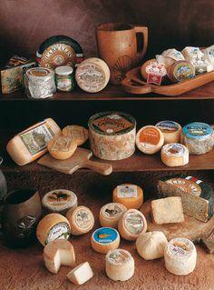 Hasta 40 variedades de quesos artesanales se producen en Asturias. Probarlos todos va a ser difícil, pero te animamos a que te propongas, como reto, degustar el mayor nº  posible.   Ya veras, te gustarán!!