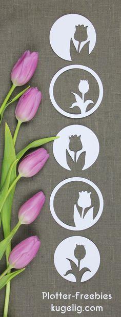 Geplottete Frühlings-Dekoration in meinem Stil: geometrisch & schnörkellos. Das Plotter-Freebie beinhaltet 2 Tulpen-Motive je einmal mittig und einmal seitlich im Kreis. Und da ich um die Motive noch einmal einen Kreis gezogen habe, werden daraus 8 kleine Deko-Tulpen…