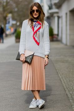 How to look chic this weekend Skirt And Sneakers, Sneakers Street Style, Casual Street Style, Street Chic, Paris Street, White Sneakers, Spring Fashion Outfits, Modest Fashion, Skirt Fashion