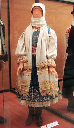 Costume traditionnel de femme slovaque (Hongrie)    Costume traditionnel d'une femme slovaque, vers 1850-1890, Krakovany,  NyitraCostumes du musée d'ethnographie de Budapest
