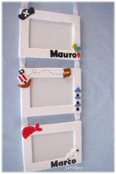 Para os manos Marco e Mauro, nomes em feltro com piratas, para pendurar sobre as camas. Trio molduras forradas a tecido e feltro, com ...