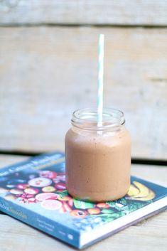 Banaan snickershake uit The Green Kitchen Smoothies, Gezonde smoothies, Smoothies met pindakaas en chocolade, Gezonde smoothie recepten, Healthy smoothies, chocolate shakes healthy